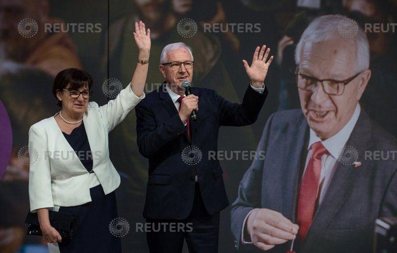 Czech president takes early lead in runoff vote