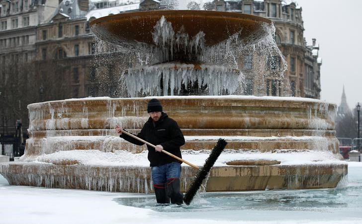 Snow falls in the United Kingdom capital, covers Buckingham Palace in white