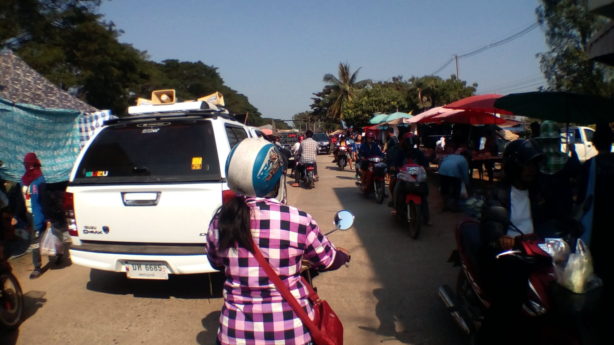 Thursday market n Phichai.jpg