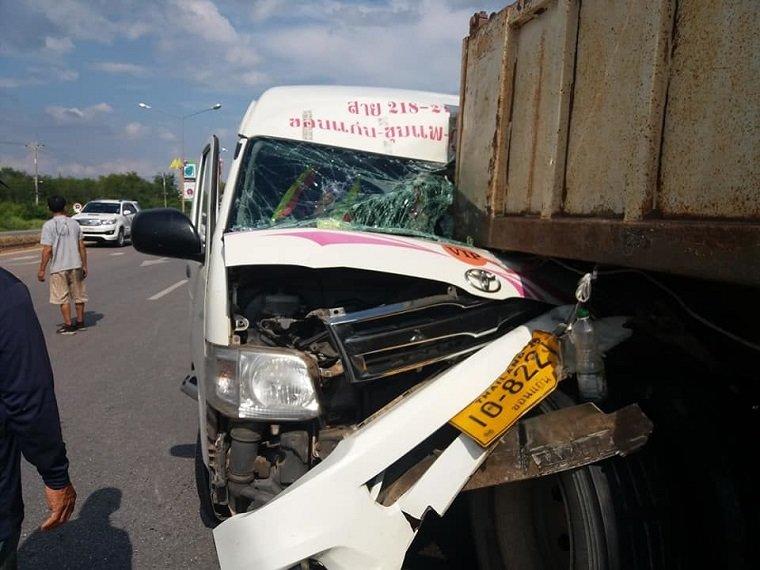Seven Injured In Khon Kaen Minivan And Trailer Crashed